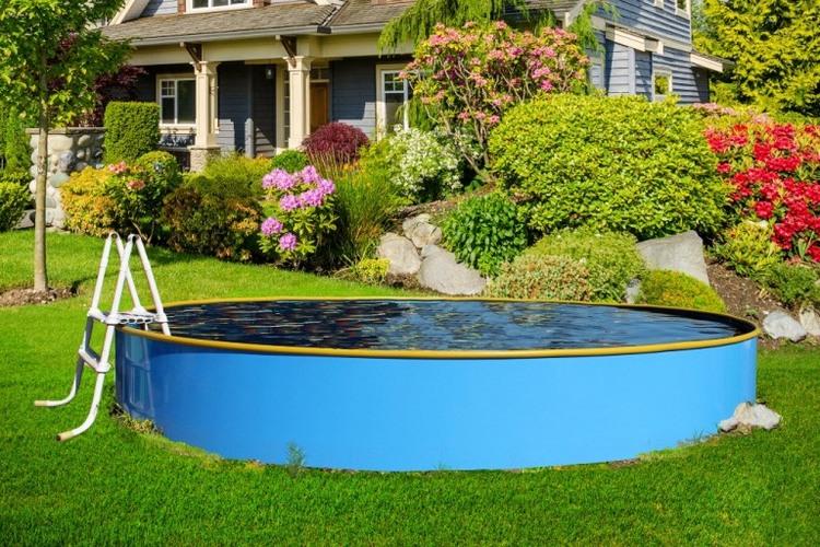 каркасный бассейн летом