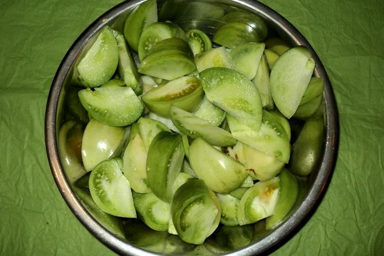 подготовка зеленых томатов для закрутки с орехами