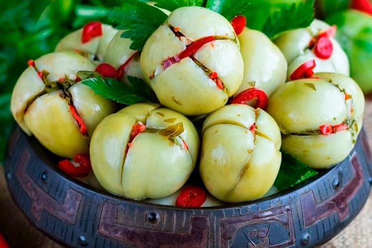 зеленые помидоры. фаршированные овощами